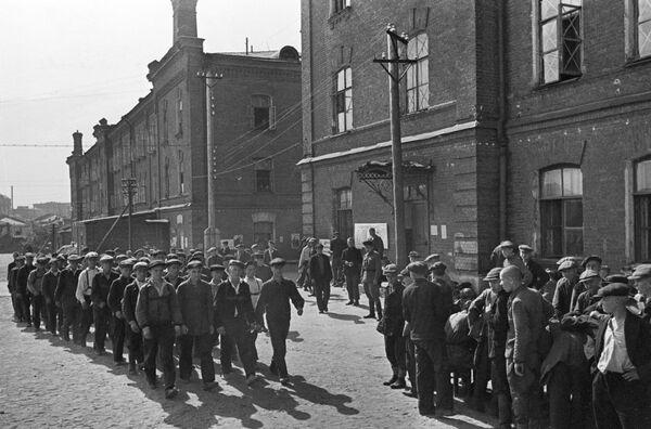 En las primeras horas posteriores al anuncio, la URSS comenzó a movilizarse. La gente acudía a las comisarías militares sin esperar a ser reclutada y partía al frente como voluntaria. A menudo mentían sobre su edad y añadían uno o dos años más para alcanzar los 18, la edad mínima para ir a la guerra.En la foto: los reclutas durante la movilización en Moscú el 23 de junio de 1941. - Sputnik Mundo