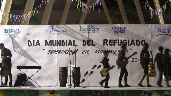 El Día Mundial de las Personas Refugiadas se festejó en el centro de Palenque (Chiapas) mientras cientos de migrantes esperan en las calles su refugio mexicano - Sputnik Mundo