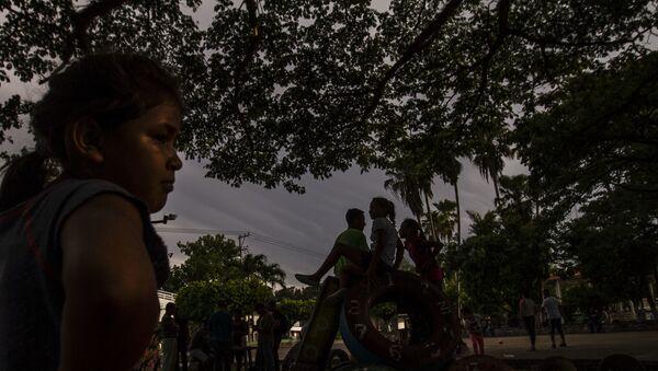 Con más de tres semanas en espera en la resolución de solicitud de refugio en México, migrantes centroamericanos permanecen en la calle durante el día internacional de las personas refugiadas, archivo, 2019. - Sputnik Mundo