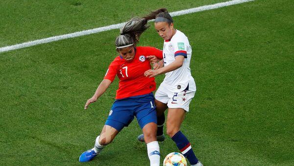 La futbolista chilena Javiera Toro disputa un balón con Mallory Pugh de EEUU durante la Copa del Mundo Femenina 2019 - Sputnik Mundo
