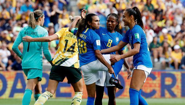 La futbolista brasieña Marta Vieira celebra un gol señalando sus zapatos con el logo de la campaña 'Go equal' - Sputnik Mundo