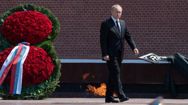 Putin deposita flores en la Tumba del Soldado Desconocido  - Sputnik Mundo