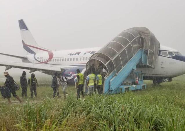 Un avión 'se pasa de rosca' y acaba en el barro