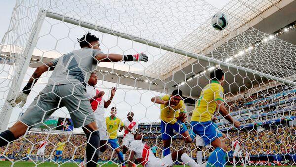 El partido entre Brasil y Perú en la fase de grupos de la Copa América 2019 - Sputnik Mundo