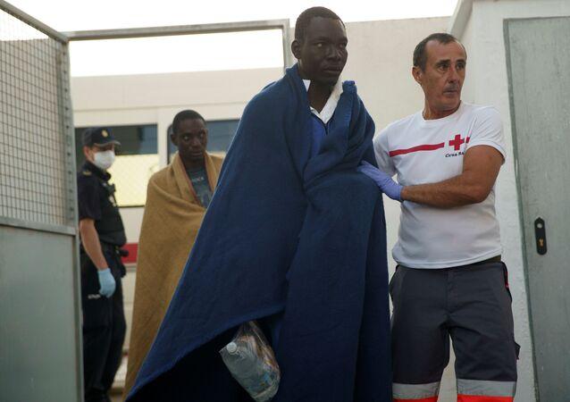 Un migrante rescatado en el mar Mediterráneo