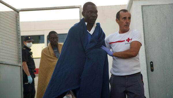 Un migrante rescatado en el mar Mediterráneo - Sputnik Mundo