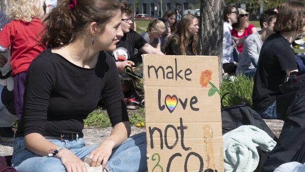 Haz el amor y no CO2, uno de los eslóganes de la marcha contra el cambio climático 'Viernes por el futuro' de Berlín. - Sputnik Mundo