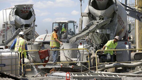 Unos obreros vierten cemento en una obra de Estados Unidos - Sputnik Mundo