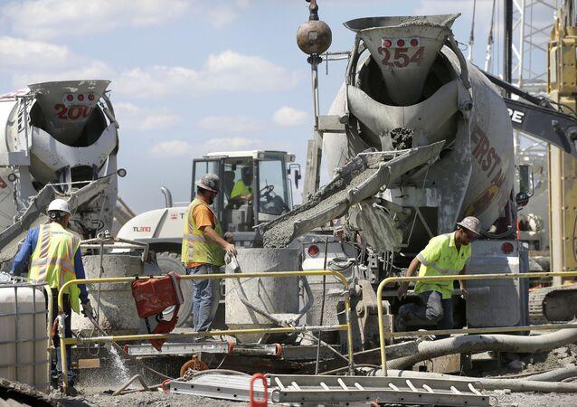 Unos obreros vierten cemento en una obra de Estados Unidos