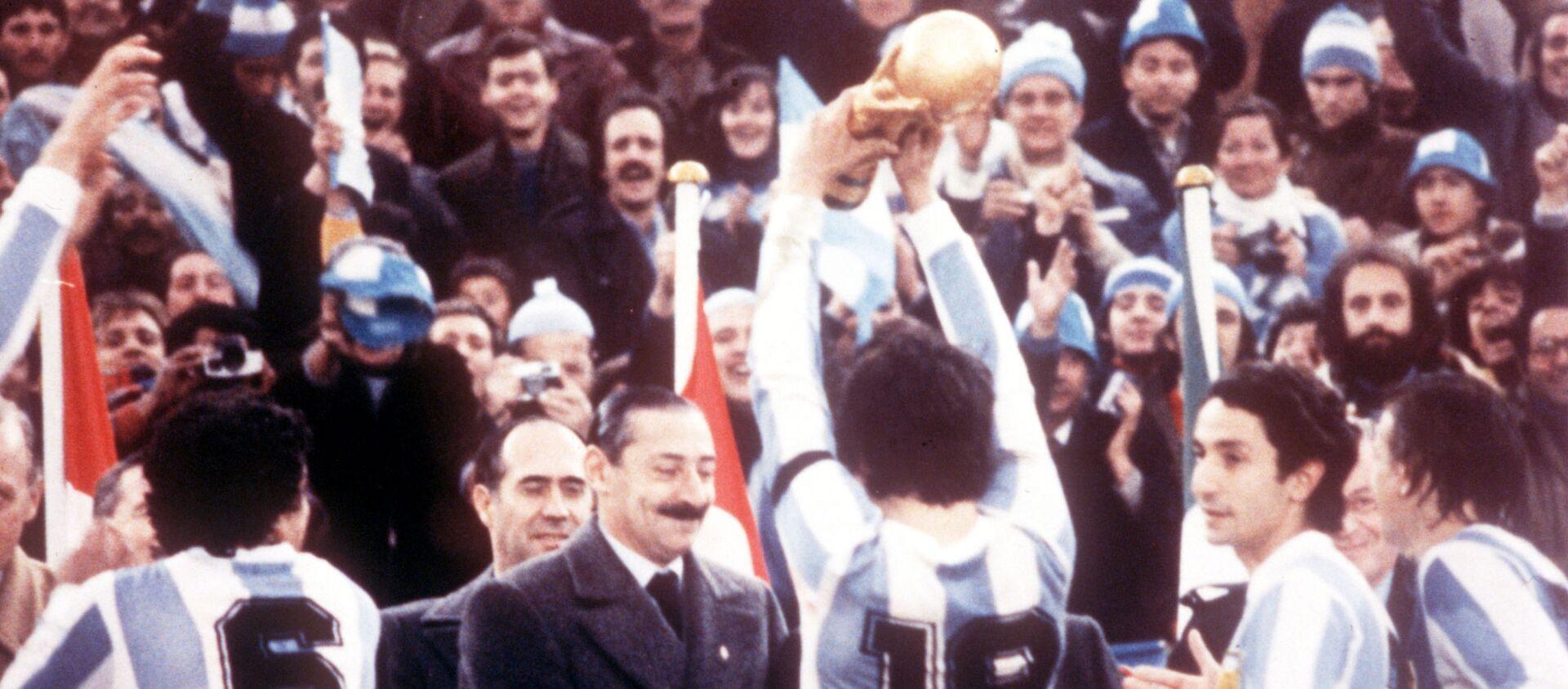 La selección argentina de fútbol celebra el campeonato mundial en 1978 frente al dictador Jorge Rafael Videla - Sputnik Mundo, 1920, 25.06.2019