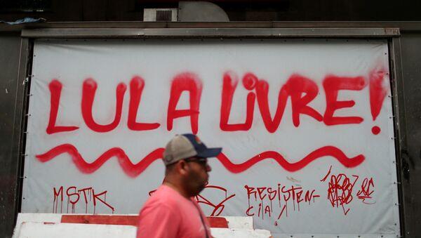 Un billboard en el que se lee Lula libre - Sputnik Mundo