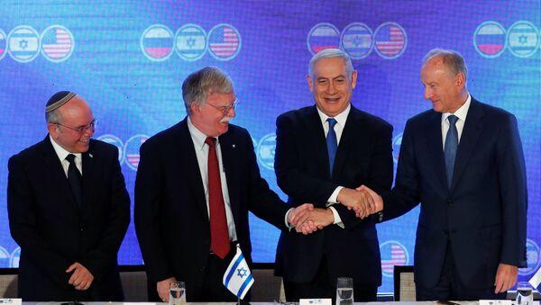 El titular de Seguridad israelí, Meir Ben-Shabbat, su colega de EEUU, John Bolton, primer ministro de Israel, Benjamín Netanyahu, y el secretario del Consejo de Seguridad Nacional de Rusia, Nikolái Pátrushev - Sputnik Mundo