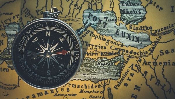 Un compás sobre un mapa (imagen referencial) - Sputnik Mundo
