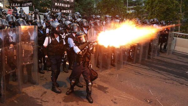 Policía de Hong Kong deurante las protestas - Sputnik Mundo