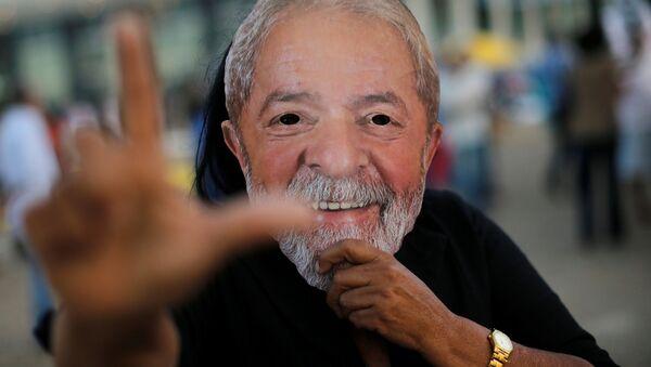 Manifestante a favor de la libertad del expresidente brasileño, Luiz Inácio Lula da Silva (archivo) - Sputnik Mundo