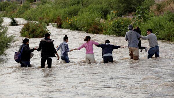 Migrantes centroamericanos cruzan el Río Bravo en México - Sputnik Mundo