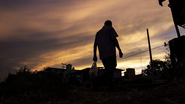 Chiapas, México: Hombre camina sobre las vías del tren 'la Bestia', en la ruta migratoria.  - Sputnik Mundo