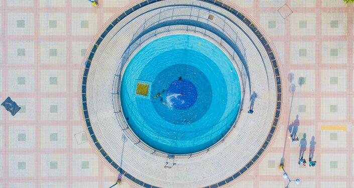 'Una odisea por los oasis que se desvanecen: fuentes en las viviendas públicas' es una fotografía de Hoy Kin Fung, de Hong Kong. Está en la categoría 'Mi planeta, series'.