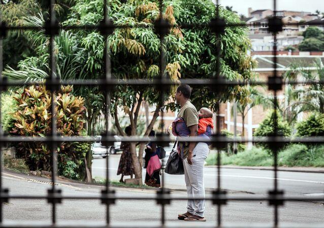 Una mujer sudafricana con su niño en busca de refugio (imagen referencial)
