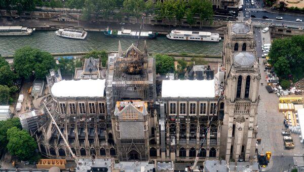 La catedral de Notre Dame de París destrozada por el fuego - Sputnik Mundo