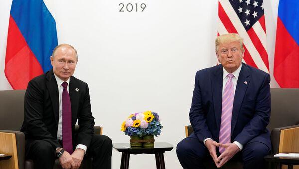El presidente de Rusia, Vladímir Putin junto a su homólogo de EEUU, Donald Trump en el G20 - Sputnik Mundo