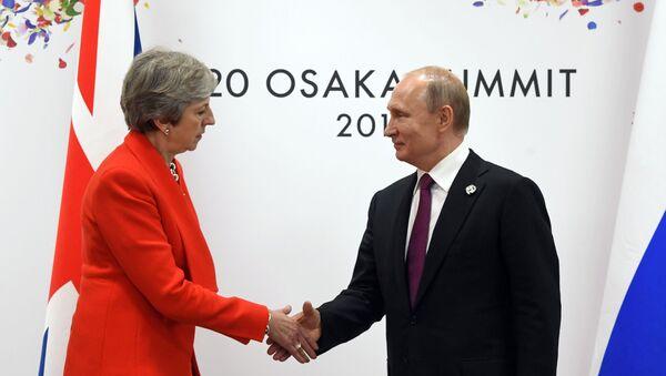 La primera ministra interina del Reino Unido, Theresa May, y el presidente de la Federación de Rusia, Vladímir Putin - Sputnik Mundo