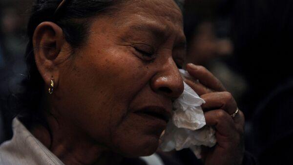 Mujer llora durante una ceremonia conmemorativa de la Masacre de Allende en México (archivo) - Sputnik Mundo