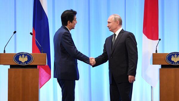 El primer ministro de Japón, Shinzo Abe junto al presidente de Rusia, Vladímir Putin en la cumbre G20 - Sputnik Mundo