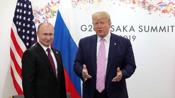 El presidente de Rusia, Vladímir Putin y el presidente de EEUU, Donald Trump en la cumbre del G20, Japón - Sputnik Mundo