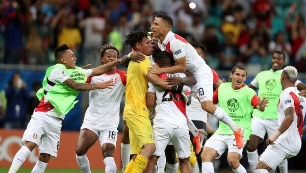 La selección de Perú celebra su victoria ante Uruguay en la Copa América de Brasil - Sputnik Mundo