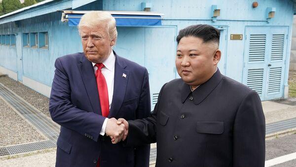 Presidente de EEUU, Donald Trump, y líder de Corea del Norte, Kim Jong-un, en la Zona desmilitarizada de Corea - Sputnik Mundo