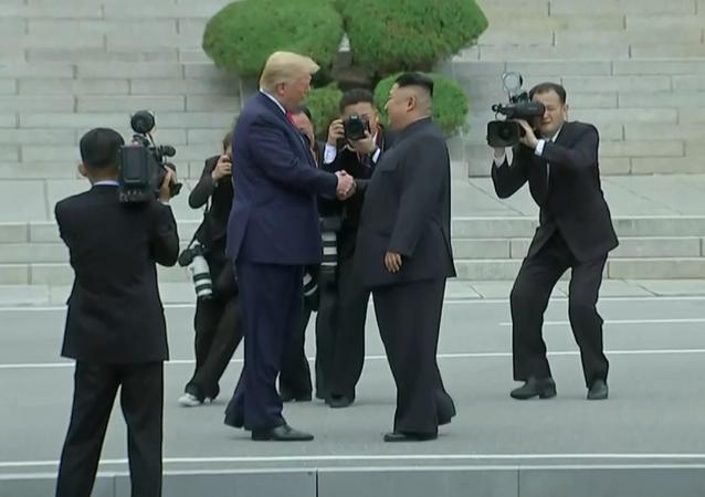 Histórico apretón de Donald Trump y Kim Jong-un: ¡Nunca imaginé que lo encontraría aquí!