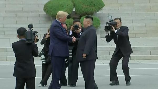 Histórico apretón de Donald Trump y Kim Jong-un: ¡Nunca imaginé que lo encontraría aquí! - Sputnik Mundo