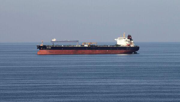 Un buque petrolero pasa a través del estrecho de Ormuz - Sputnik Mundo