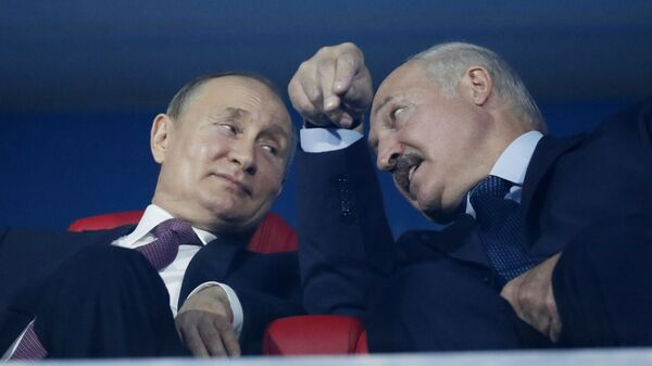 President of Russia Vladimir Putin and President of Belarus Alexander Lukashenko speak in the stands during the closing ceremony of the 2019 European Games - Sputnik Mundo