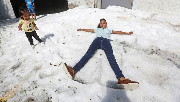 Cautiverio de hielo: las fotos de la granizada en Guadalajara - Sputnik Mundo