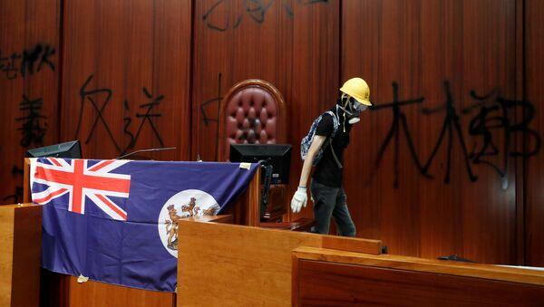 Manifestante col la bandera colonial de Hong Kong en la sede del Consejo Legislativo - Sputnik Mundo