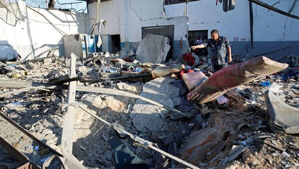 Las consecuencias del ataque aéreo a un centro de detención de migrantes en Libia - Sputnik Mundo