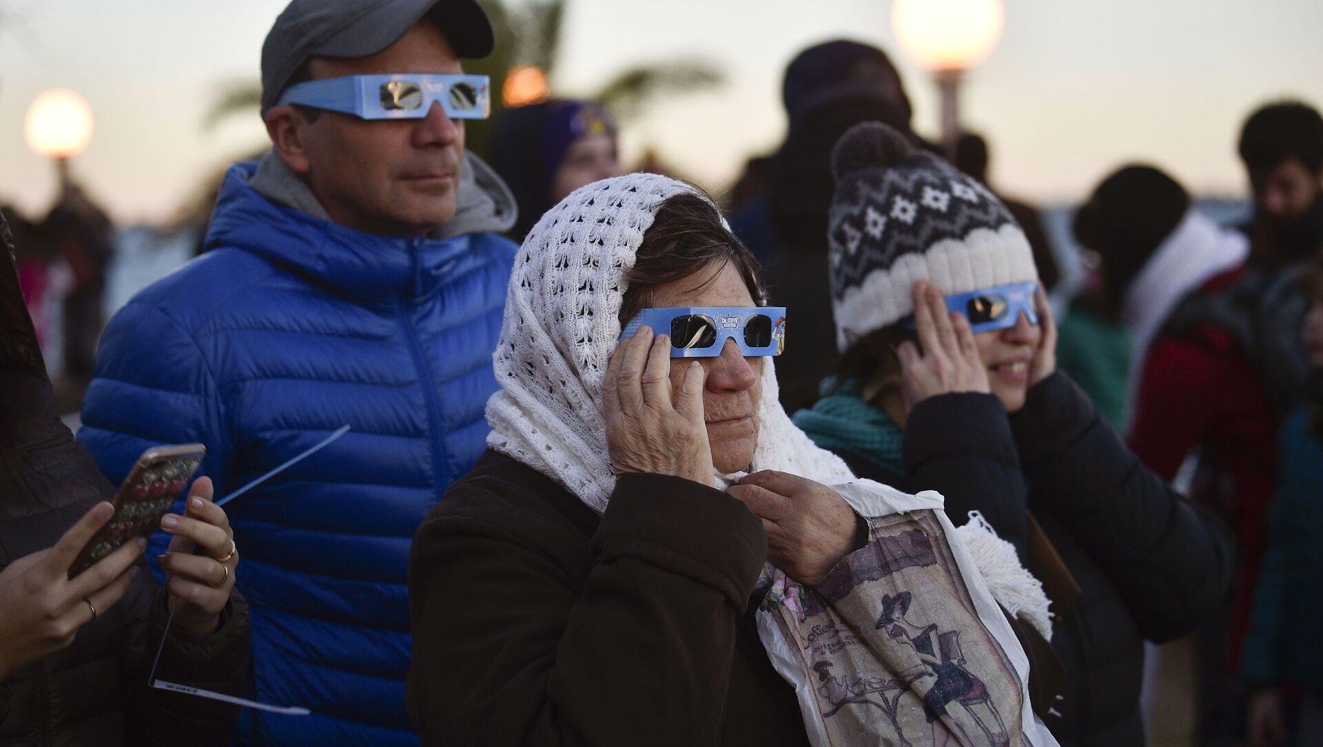 Argentinos miran el eclipse de Sol en la localidad de Chascomús, en la provincia de Buenos Aires - Sputnik Mundo, 1920, 31.12.2020