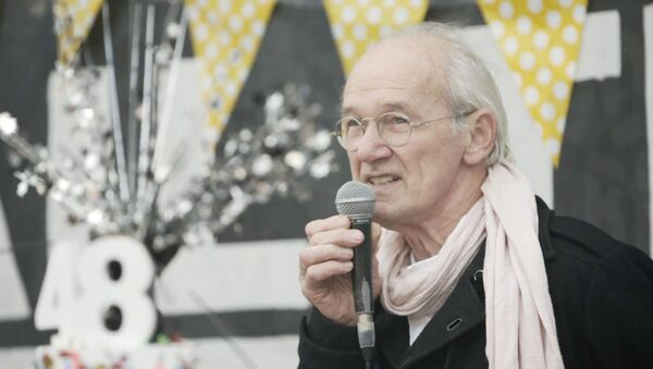 El padre de Assange se une a las celebraciones por el cumpleaños de su hijo  - Sputnik Mundo