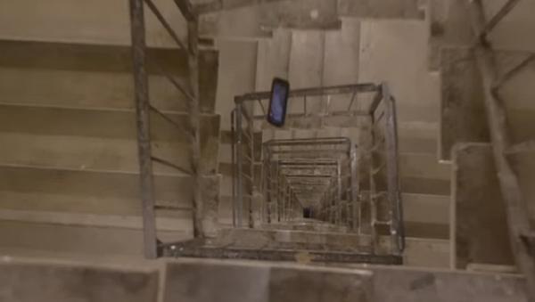 ¿Podría un iPhone XS sobrevivir a una caída desde una planta 30? - Sputnik Mundo