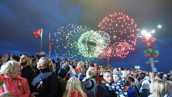 Juegos artificiales en Minsk por el Día de la Independencia - Sputnik Mundo