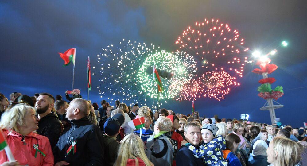 Juegos artificiales en Minsk por el Día de la Independencia