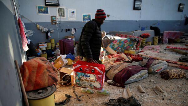 Un libio en el centro de detención de migrantes en Tajura tras el ataque - Sputnik Mundo