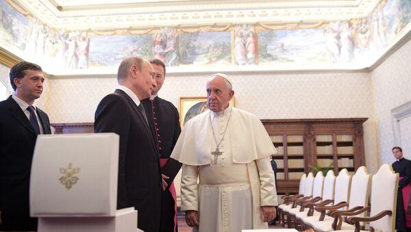 El presidente ruso, Vladímir Putin, y el papa Francisco - Sputnik Mundo