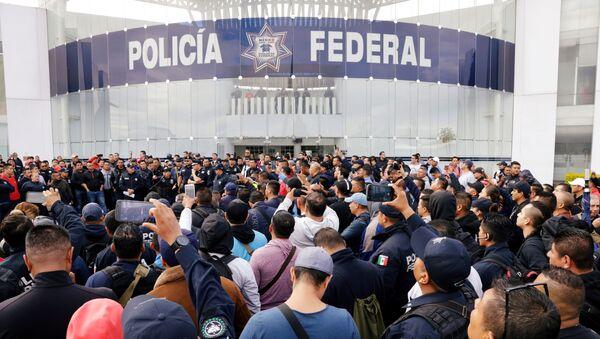 Integrantes de la Policía Federal protestan frente a la sede del organismo - Sputnik Mundo