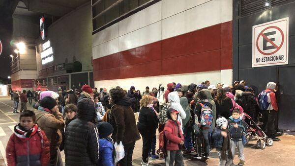 Familias en situación de calle en Buenos Aires esperan donaciones en las afueras del Estadio Monumental de River Plate - Sputnik Mundo