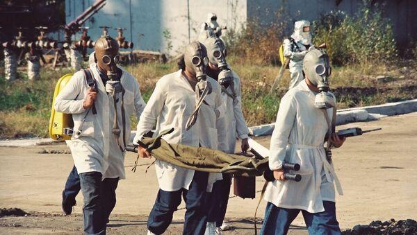 Unos científicos vestidos con máscaras de gas, imagen referencial - Sputnik Mundo