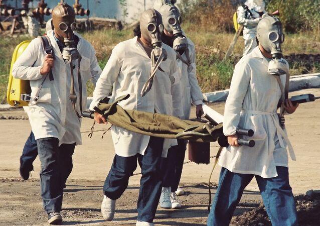 Unos científicos vestidos con máscaras de gas, imagen referencial
