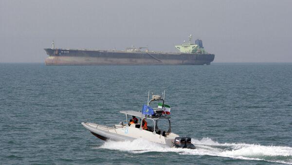 Un buque petrolero y una lancha de la Guardia Revolucionaria Islámica (archivo) - Sputnik Mundo